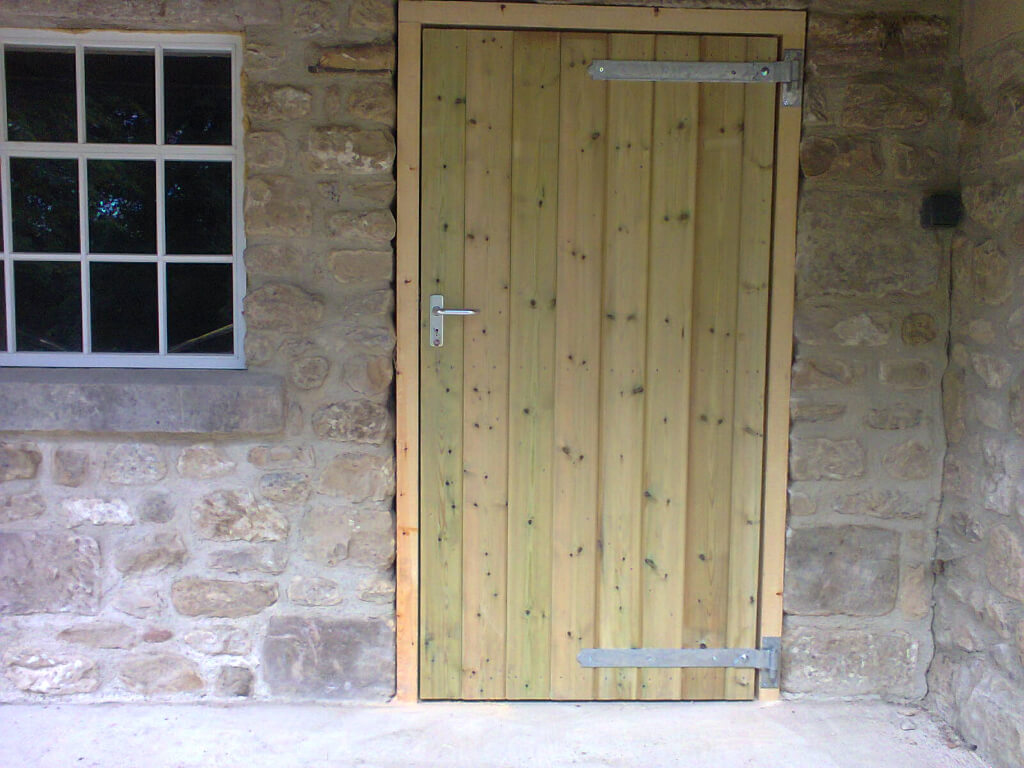 Stable door with heavy duty galvenised hinges