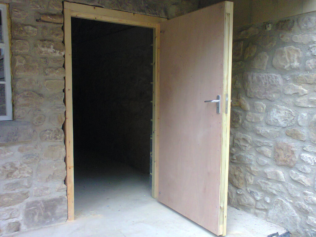 Stable door with heavy duty galvenised hinges, lock and internally lined with plywood.
