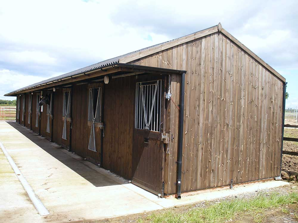 8 Hors timber stables